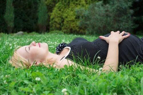 räkna din bebis rörelser: liggande gravid kvinna