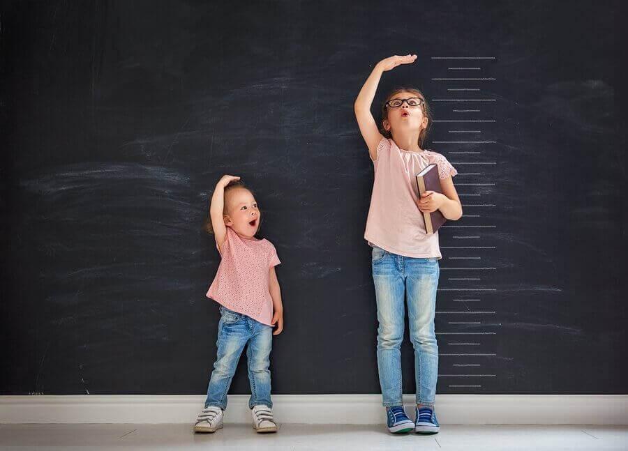 två flickor mäter hur långa de är
