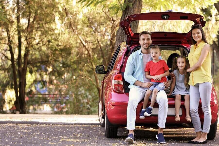 Familj sitter bak på minivan