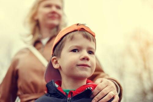 Överbeskyddande föräldraskap: mamma håller om barns axel