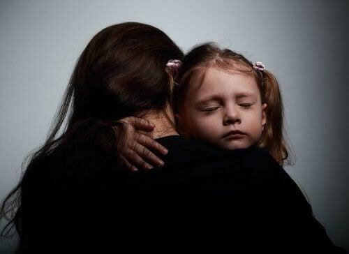 barn får en kram
