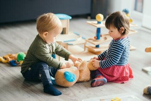 anpassa sig till förskolan: barn i grupp leker