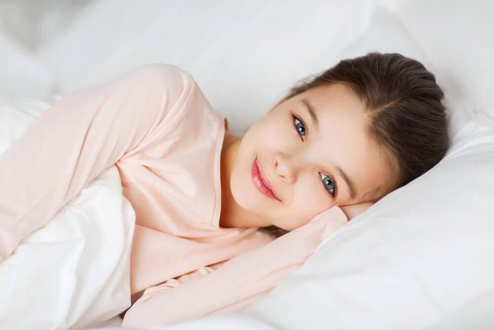vakna på gott humör: barn i säng