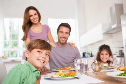 Glad familj vid middagsbordet