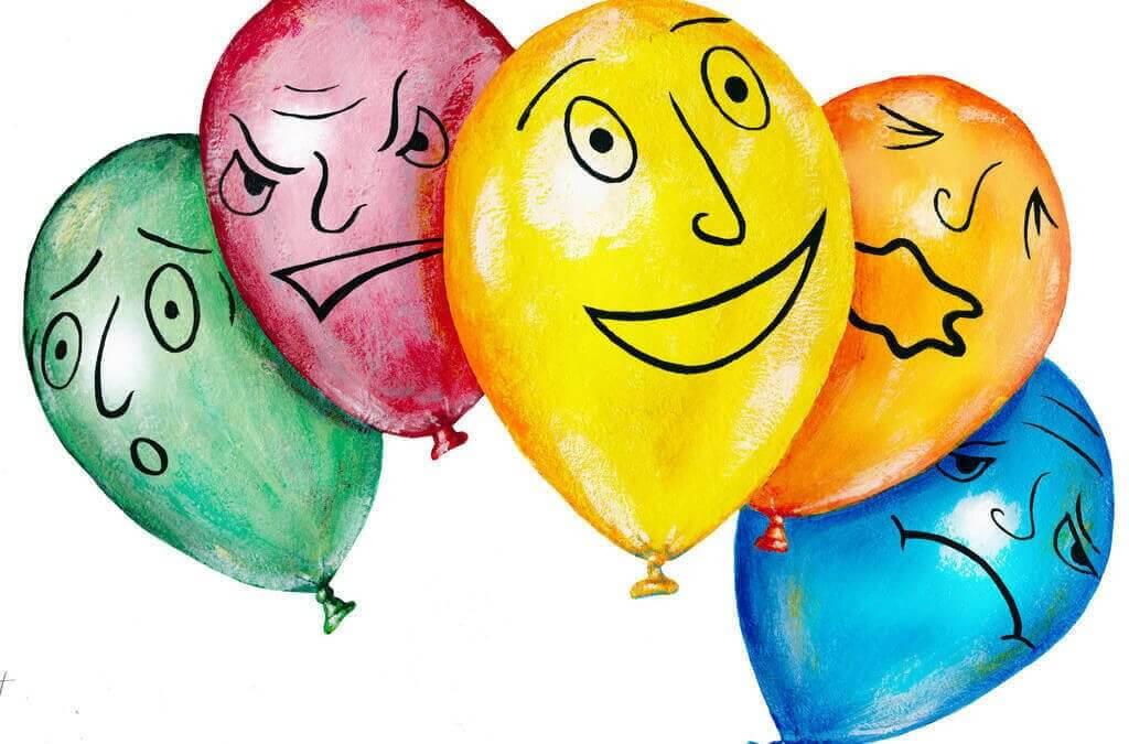 Ballonger med olika ansiktsuttryck på sig