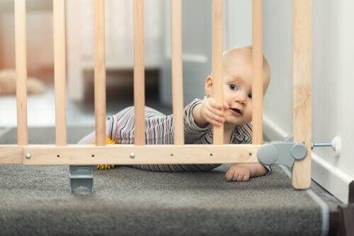 baby undersöker babygrind: barnsäkra ditt hem