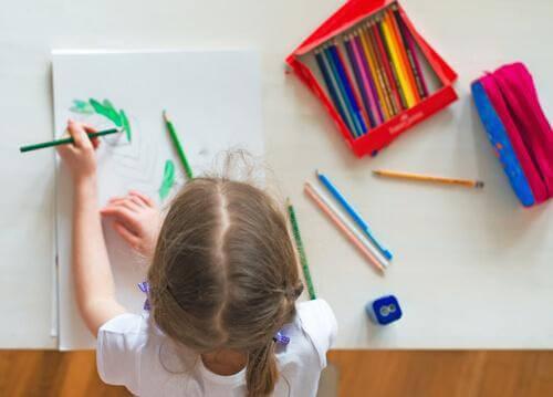 flicka med skolarbete