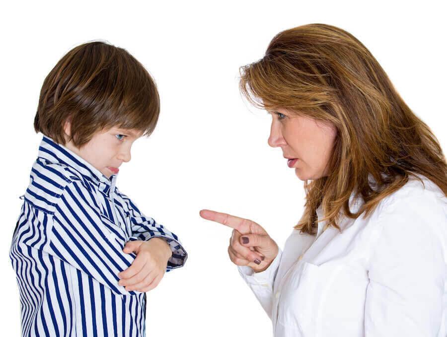 mamma pekar finger åt tjurigt barn