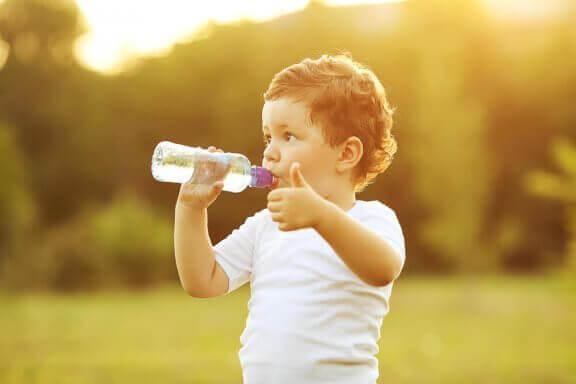 När kan du lära ditt barn att dricka från en kopp?