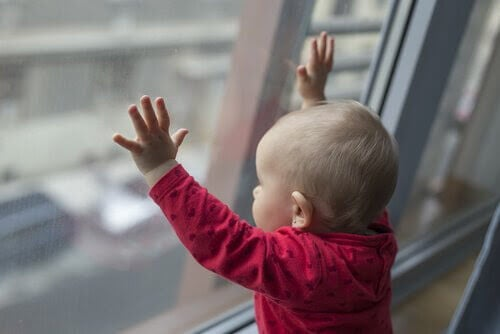 Bebis vid fönster