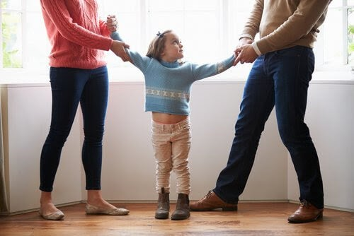 man och kvinna drar i barn