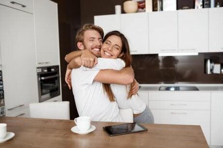 håll din relation sund: kvinna kramar man