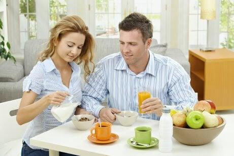 man och kvinna äter frukost