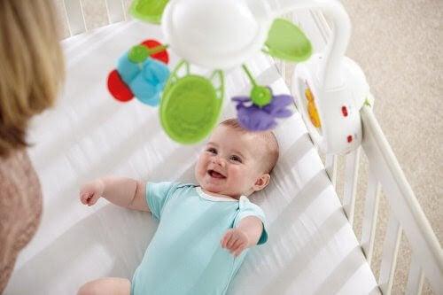 baby skrattar mot mobil