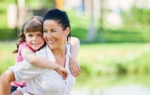 Mamma bär barn på ryggen