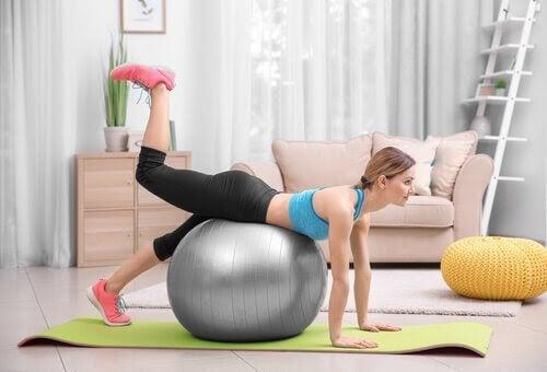 Kvinna på pilatesboll