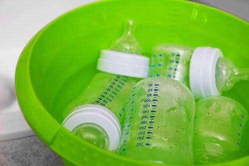 nappflaskor i grön skål