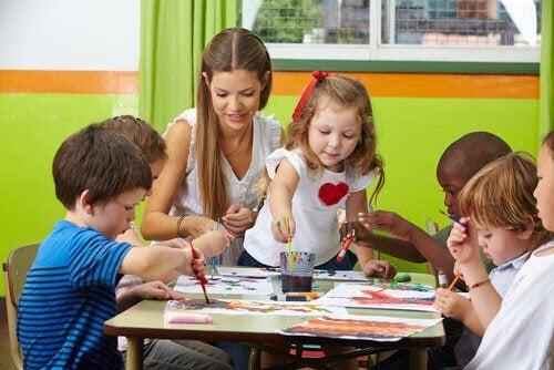 kvinna och barn målar