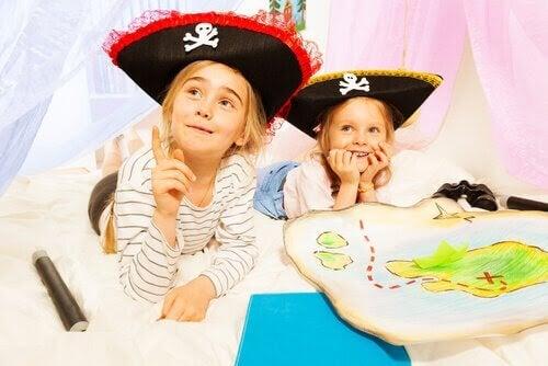 Utvecklande aktiviteter för barn: barn leker med pirathattar