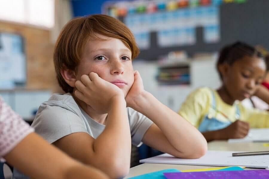 Pojke i skolmiljö