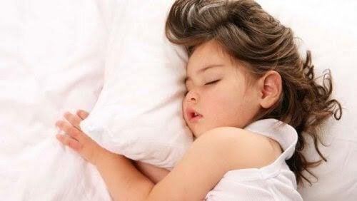 sovande barn andas genom munnen