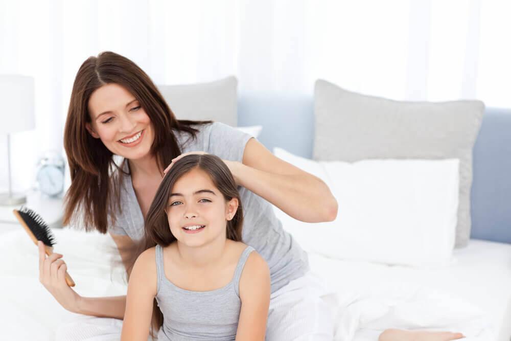 frisyrer för flickor: mamma borstar håret på dotter