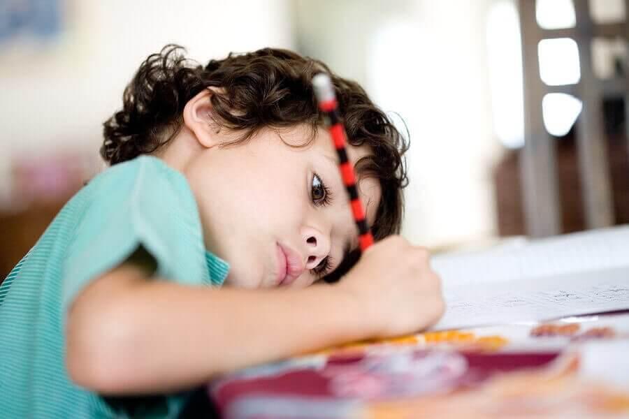 Barn gör läxan