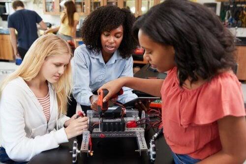 Tre kvinnor bygger en robot