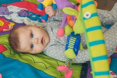 Bebis med leksaker