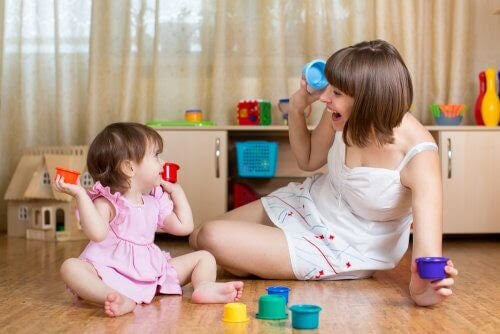 Bebis leker med mamma