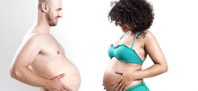 gravid kvinna jämför sin mage med en mans