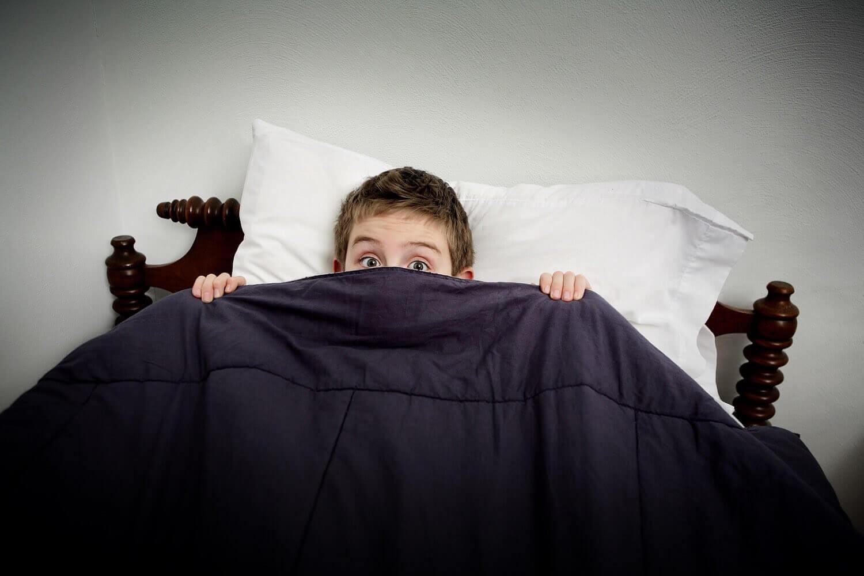 Nattskräck och mardrömmar: barn under täcke