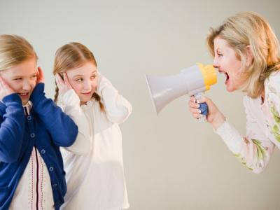Mamma skriker i megafon på barn