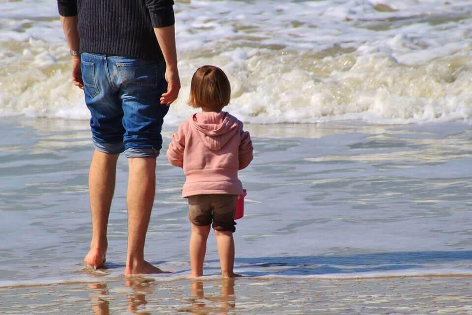 barn och vuxen på strand