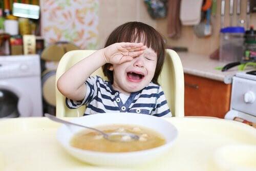 pojke mitt i raseriutbrott vid matbordet