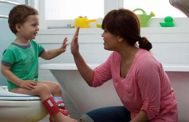 pojke på toalett ger mamma high five