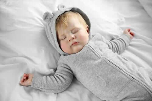 Bebis i säng