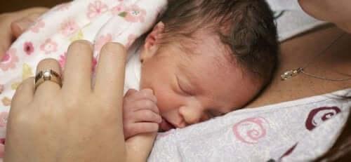 Hur man tar hand om en för tidigt född bebis hemma