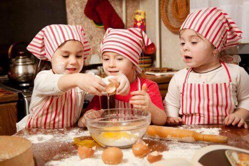 Barn bakar tillsammans.