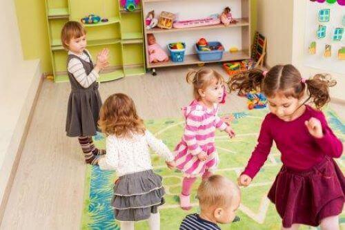 Barn leker tillsammans i ett lekrum.