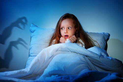 Ett barn som är rädd efter en mardrömm.