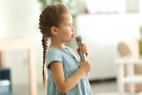 Barn sjunger i mikrofon.