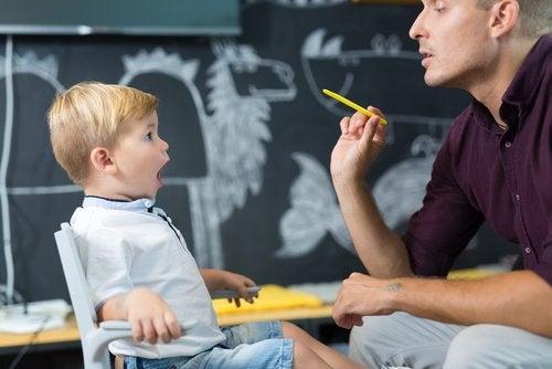 Barn med munnen öppen i språkterapi.