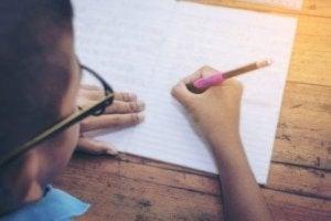 Barn tränar på sin handstil.