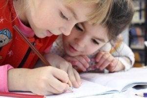 Barn tränar på att skriva.