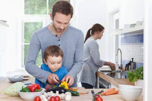 Familj lagar mat tillsammans.