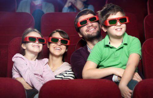 Familj med 3d-glasögon.
