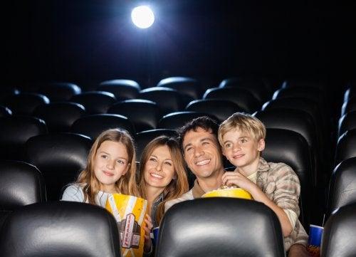 Familj som sitter i biosalong.