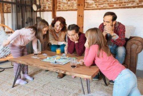Familj spelar brädspel tillsammans.