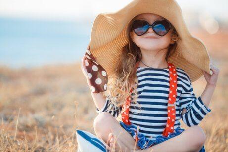 Flickar med solhatt och hjärtformade glasögon.